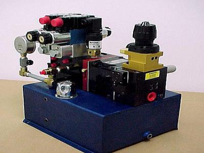 气体驱动增压泵,当进行焊接时可通过电磁阀分别控制两个汽车底盘夹紧图片
